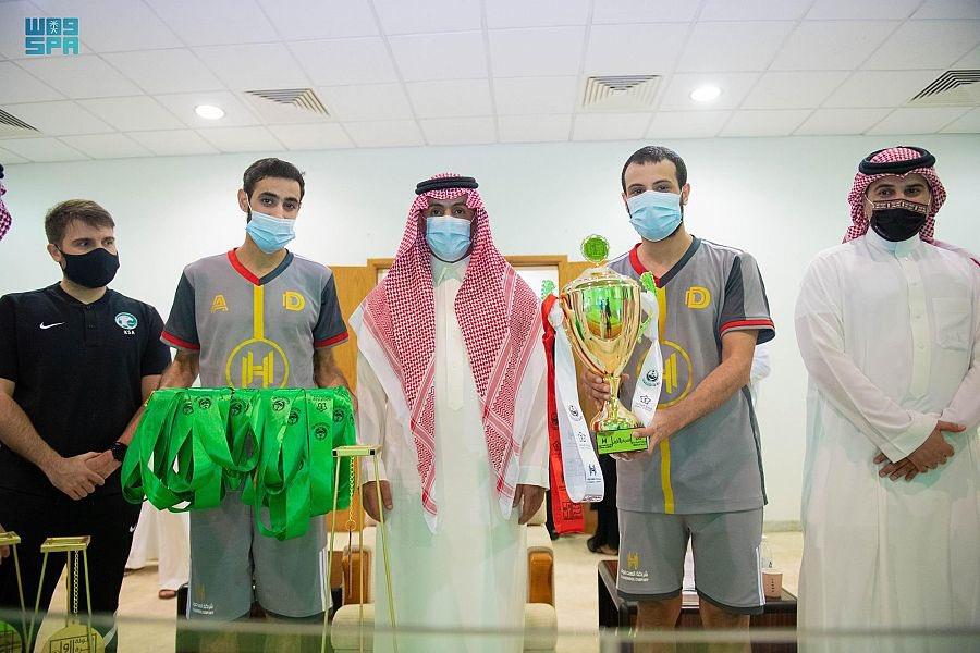 """وكيل إمارة الحدود الشمالية المساعد يتوج الفائزين ببطولة كرة القدم الرمضانية الأولى """"صالات"""""""