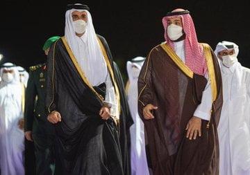 ولي العهد يستقبل سمو أمير دولة قطر بمطار الملك عبدالعزيز الدولي في جدة