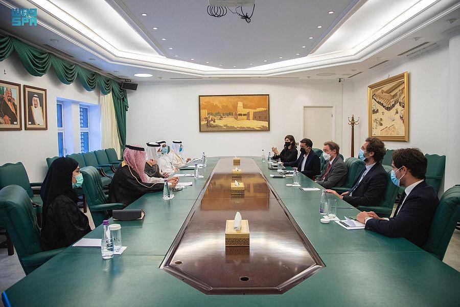 وزير الدولة للشؤون الخارجية يستقبل وفداً من مركز الحوار الإنساني