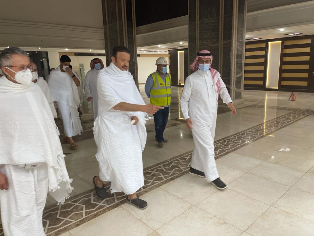 """الأمير سلطان بن سلمان وعدد من مسؤولي جمعية الأطفال ذوي الإعاقة يتفقدون مشروع """" خير مكة """" الخيري"""