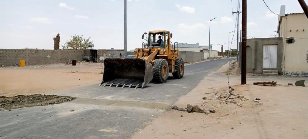 بلدية بيشة تشرع في إزالة المطبات العشوائية