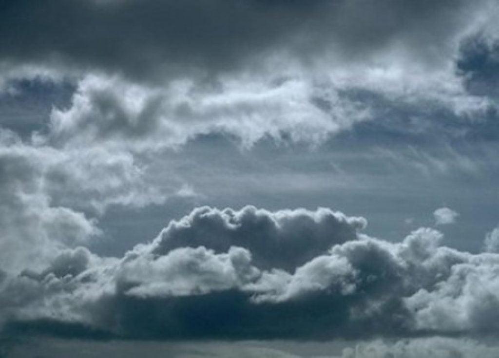 توقعات طقس الغد.. سحب رعدية ممطرة ورياح نشطة وغبار