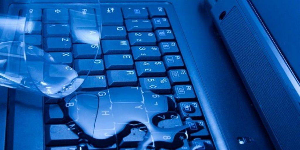 4 إجراءات مهمة حال انسكاب السوائل على الكمبيوتر المحمول