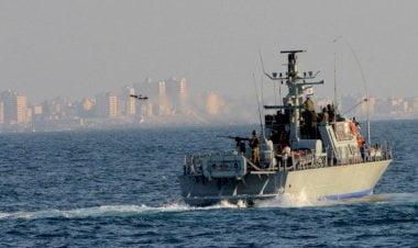 زوارق الاحتلال تطلق عشرات القذائف على شاطئ غزة