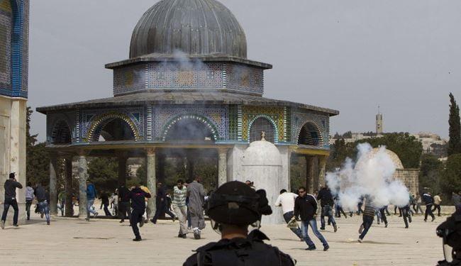 قوات الاحتلال الإسرائيلي تقتحم باحات المسجد الأقصى المبارك وتطلق القنابل الصوتية وقنابل الغاز