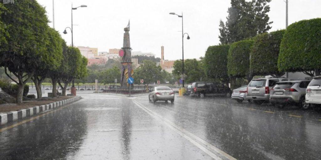 استمرار هطول أمطار تجري السيول في 5 مناطق.. نجران وجازان وعسير والباحة والرياض