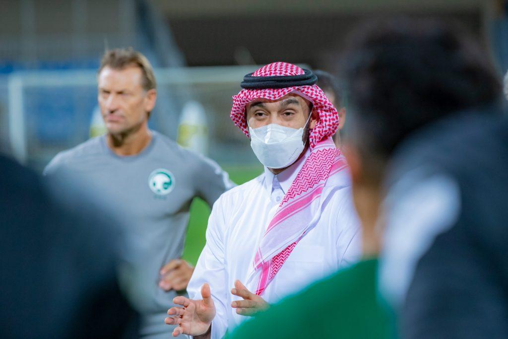 وزير الرياضة يزور معسكر الأخضر ويلتقي باللاعبين