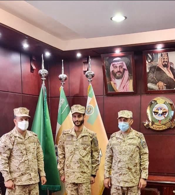 """قائد لواء الإمام محمد بن سعود الآلي يقلد """"بن دهيمان"""" رتبة نقيب"""