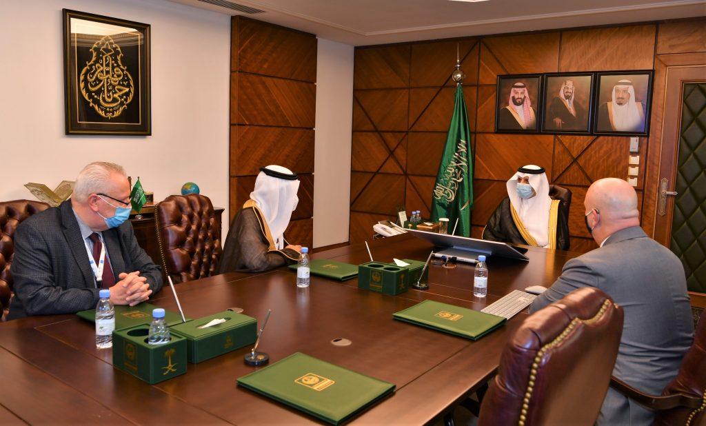 أمير الشرقية يطلع على برامج تأهيل الشباب السعودي كمدربي طيران