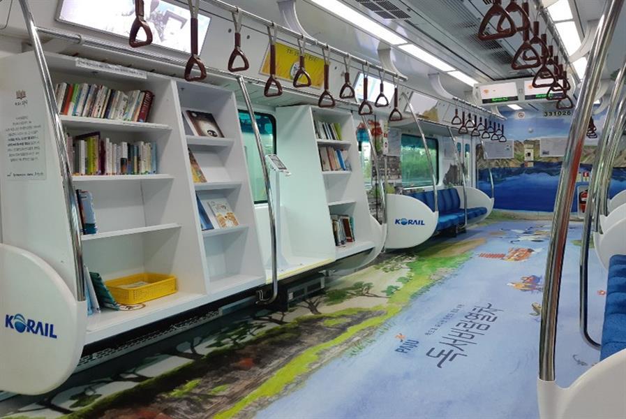 """مواطن يقترح توفير مكتبة في القطارات .. و""""سار"""" ترحب"""