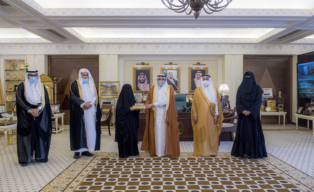 أمير القصيم يكرم الطالبة الكفيفة المجيدل لحصولها على الشهادة الجامعية بتفوق