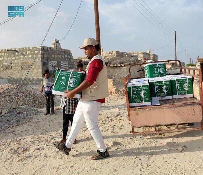 مركز الملك سلمان للإغاثة يدشن مشروع توزيع السلال الغذائية بمحافظة حضرموت