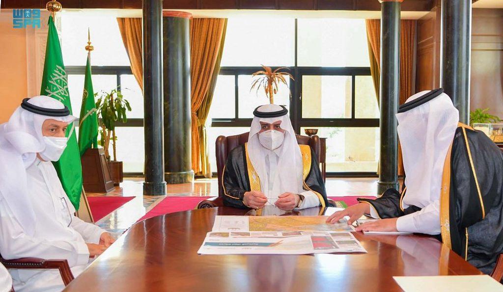 أمير تبوك يطّلع على سير العمل في المشاريع التي تنفذها أمانة المنطقة