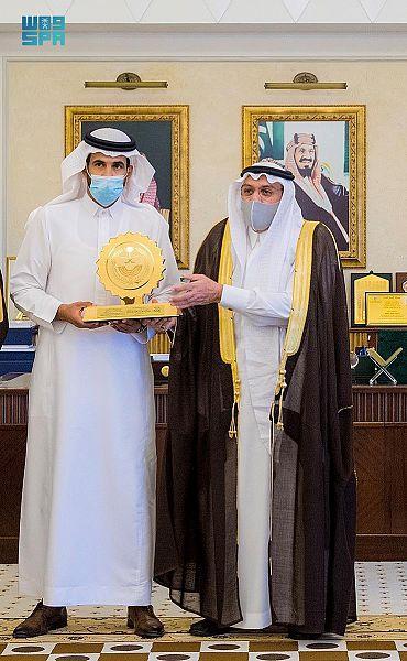 أمير القصيم يكرم استشاري جراحة المخ والأعصاب الدكتور الجهني