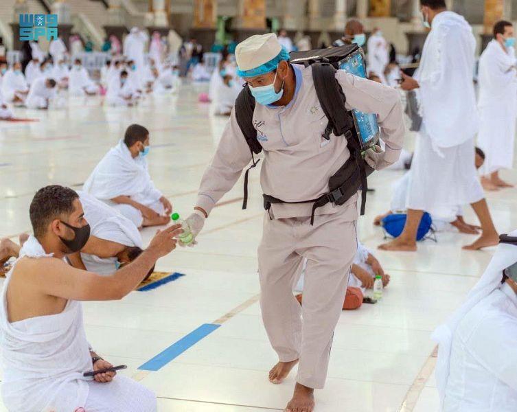 توزيع أكثر من ١٥ مليون عبوة ماء زمزم بالمسجد الحرام