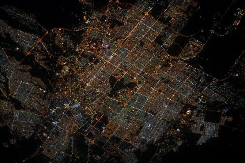 الرياض من الفضاء .. بقعة مظلمة وسط أنوار ساطعة تثير حيرة رائد فضاء