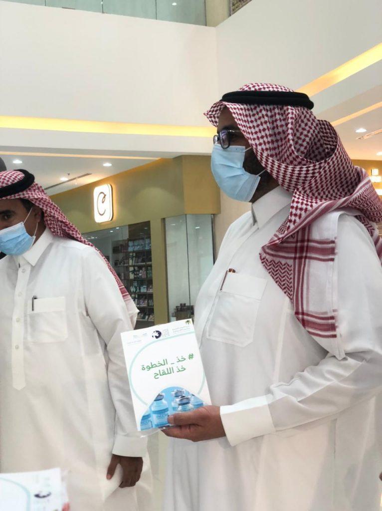توزيع كمامات وبروشورات توعوية لأخذ اللقاح بنجران
