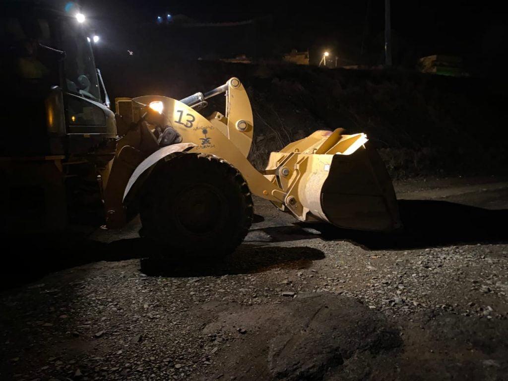 بلدية رجال ألمع تباشر صيانة الطرق المتضررة من هطول الأمطار