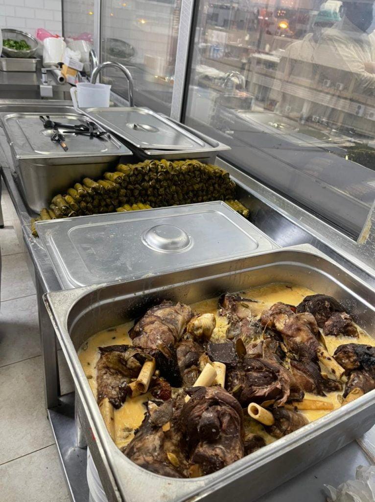 أمانة عسير تضبط مطعما مخالفا وتصادر أكثر من 1300 كجم لمواد غذائية فاسدة جاهزة لتسويق