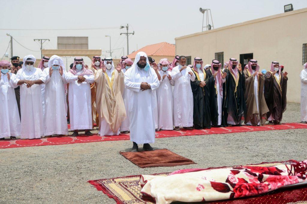 """نائب أمير الرياض يؤدي صلاة الميت على الشهيد """" القحطاني """""""