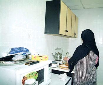 هل احتكرت شركات تأجير العاملات استقدام الخادمات الإندونيسيات لها؟