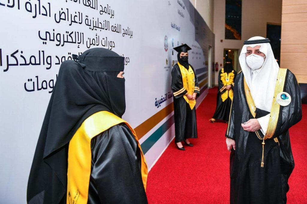 أمير تبوك يرعى حفل تخريج الدفعتين الـ 13 من حملة البكالوريوس والماجستير لطلاب وطالبات جامعة فهد بن سلطان