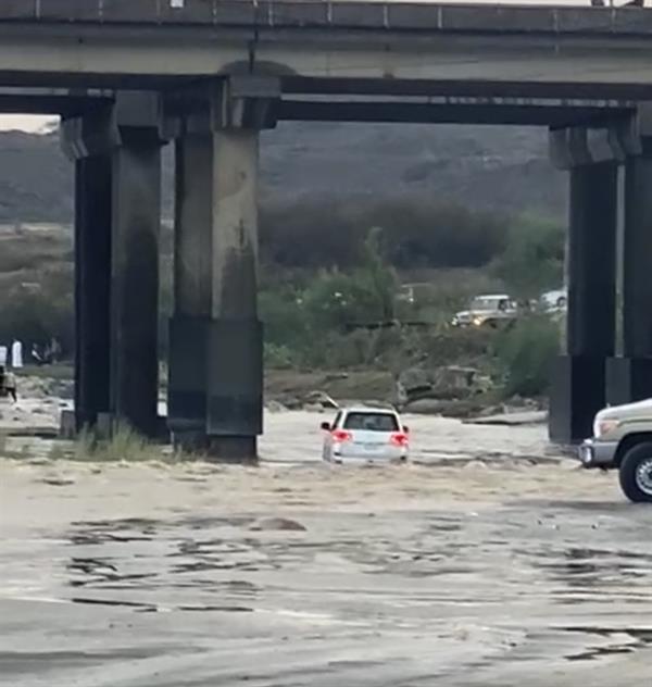 مرور جازان يُحيل مواطناً عبر بمركبته أحد الأودية والشعاب للهيئة المرورية