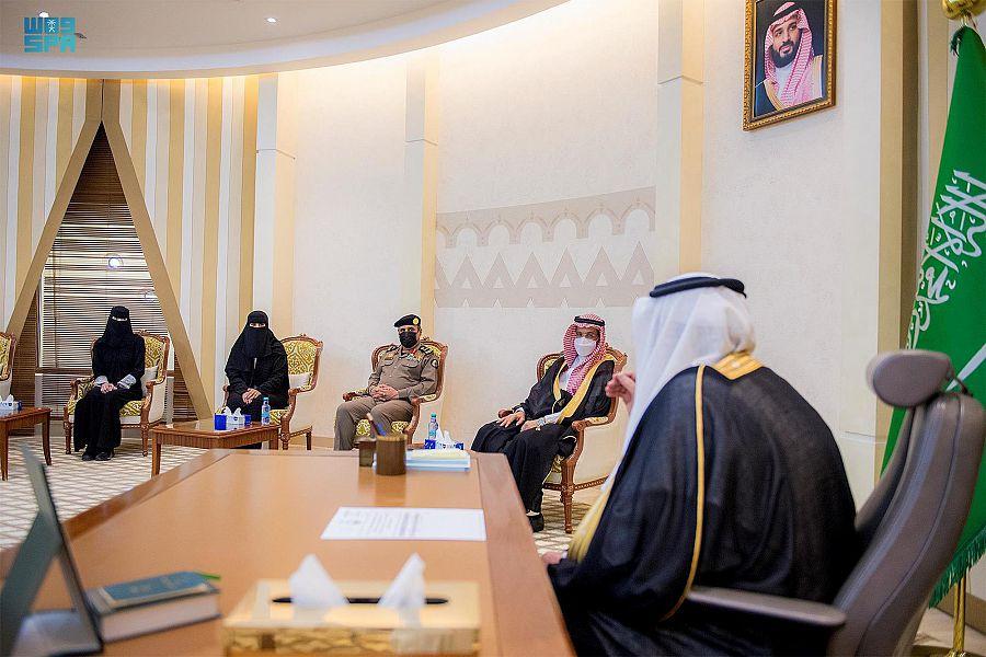 أمير القصيم يكرّم المواطنة الهنوف الشقيق تقديرا لاستشعارها مسؤوليتها الوطنية