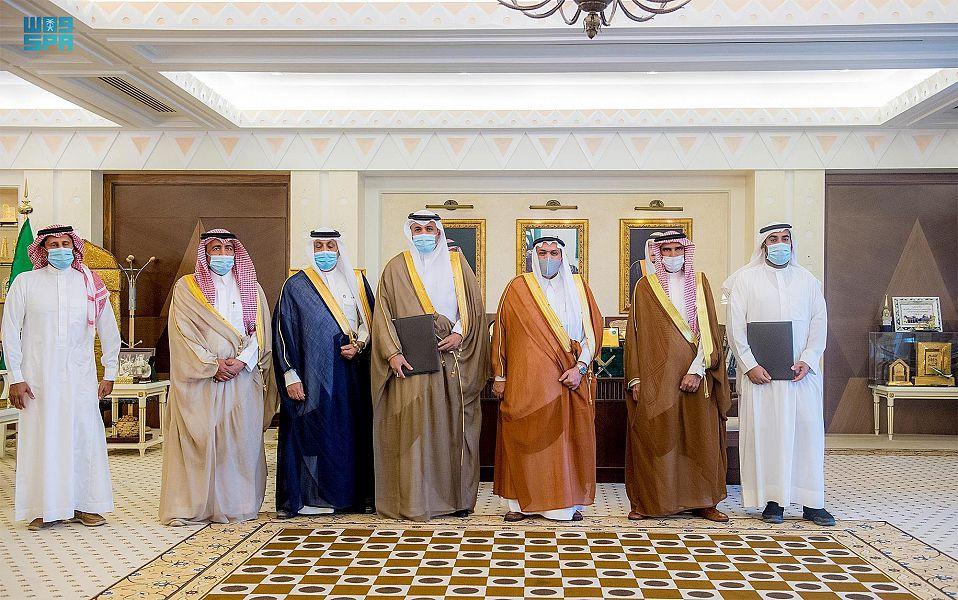 """أمير القصيم يشهد توقيع مذكرة تفاهم بين تقني المنطقة و""""الوسائل الصناعية"""""""