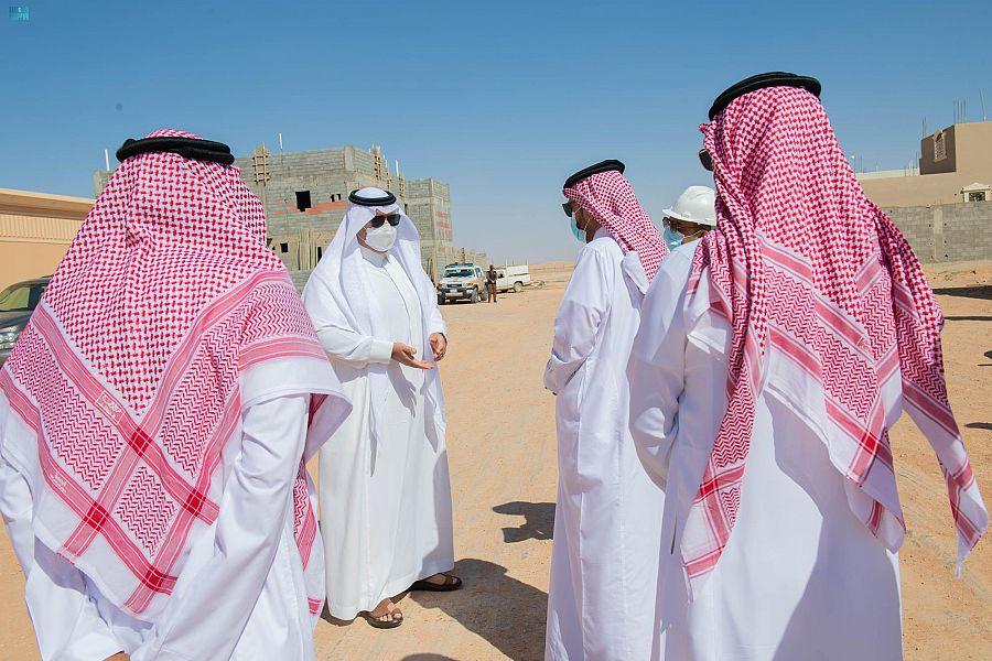 أمير الحدود الشمالية يتفقد أحياء المروج والضاحية بمدينة عرعر