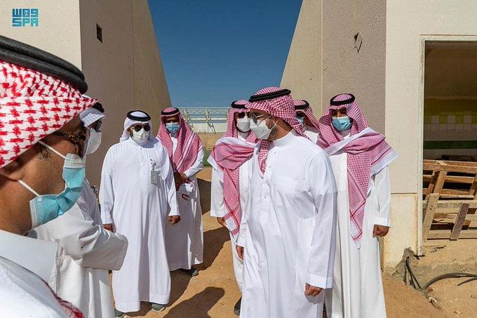 أمير منطقة الجوف يقف على مشروع نادي القريات
