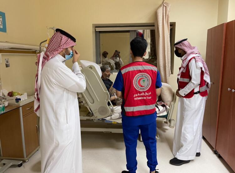 منسوبو ومتطوعو الهلال الأحمر بالجوف يعايدوا المرضى المنومين
