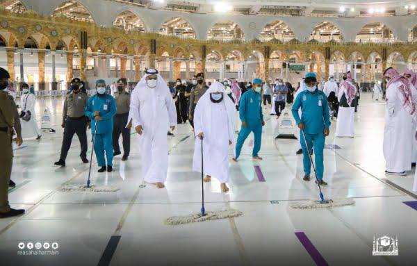 الشيخ السديس يشارك في عملية تنظيف صحن المطاف مع عمال النظافة