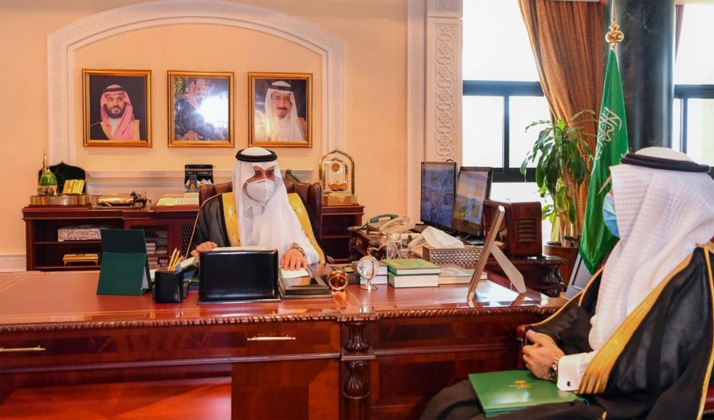 أمير تبوك يطلع على تقرير عن سير العمل بمراكز اللقاحات بالمنطقة