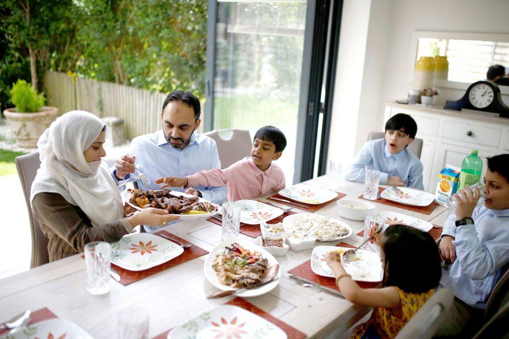 فوائد تناول الطعام معًا كعائلة
