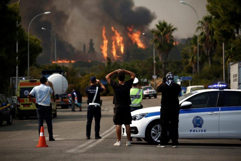 اندلاع حريق جديد قرب العاصمة اليونانية وإغلاق طرق رئيسة