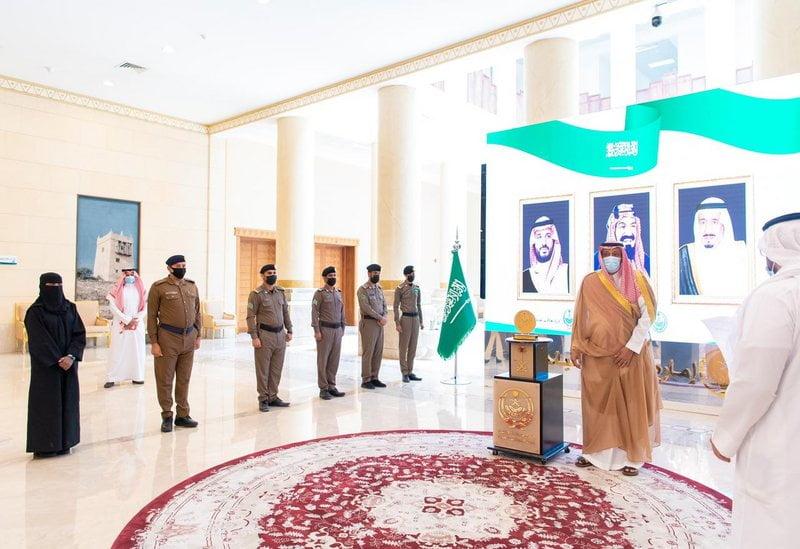 أمير الباحة يُكرّم عدداً من رجال الأمن والمبادرين والرياضيين بالمنطقة