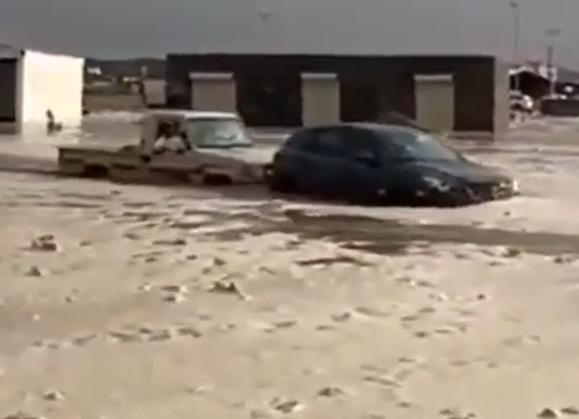 فيديو.. لحظة إنقاذ عائلة من الغرق بعدما جرف السيل مركبتها في بيشة