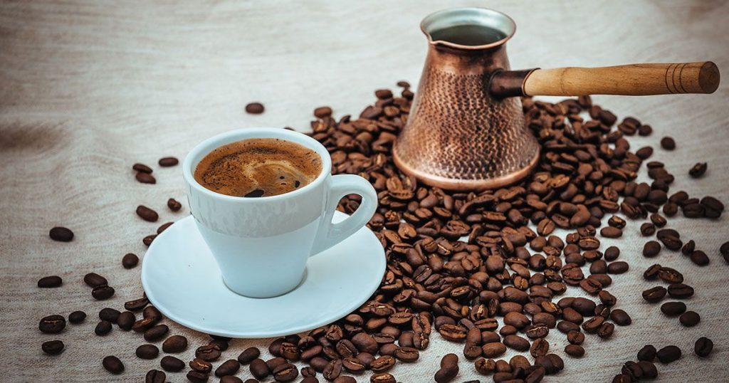 علماء يحذرون من نقص وشيك في القهوة والسكر لهذه الأسباب