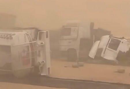 شاهد.. حادث مروري ضخم جنوب الأفلاج بسبب موجة الغبار