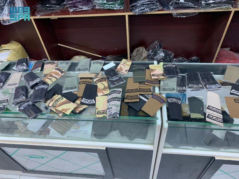 اللجنة الأمنية في إمارة الرياض تغلق 3 محالّ وتضبط 130 بدلة عسكرية و300 قطعة من الأنواط والرتب والشعارات المخالفة