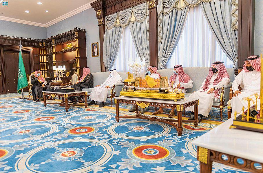 أمير الباحة يستقبل مدير الأحوال المدنية بالمنطقة