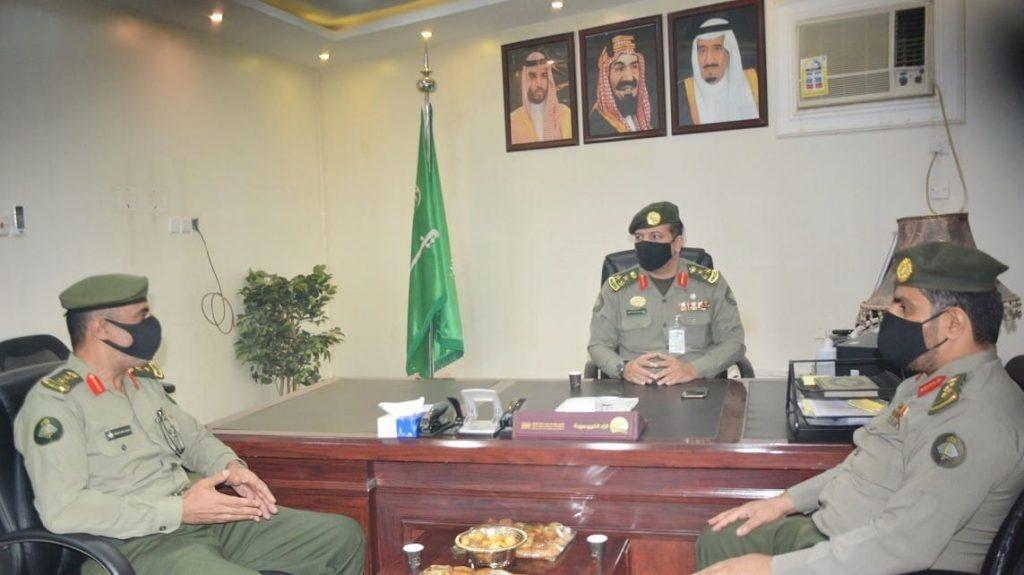 مدير جوازات القصيم يتفقد إدارة متابعة الوافدين وجوازات مطار الأمير نايف