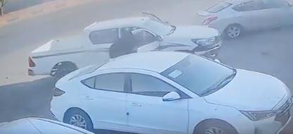 شاهد.. شاب ينقذ عائلة انزلقت سيارتهم إلى طريق عام بسرعة بديهة