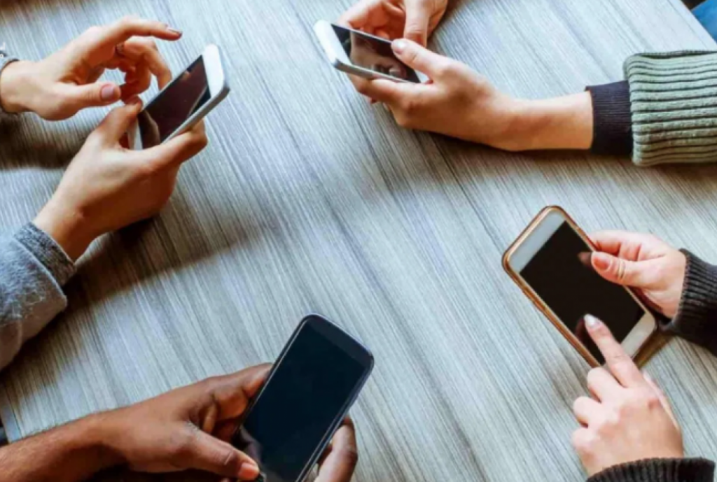 5 أضرار خطيرة يسببها إدمان الهواتف الذكية