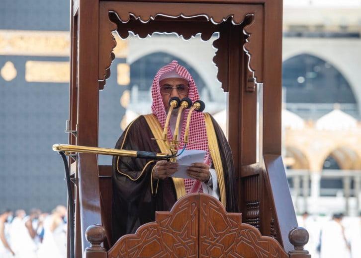 خطيب المسجد الحرام يحذر من الاندفاع وراء المشاهير (فيديو)