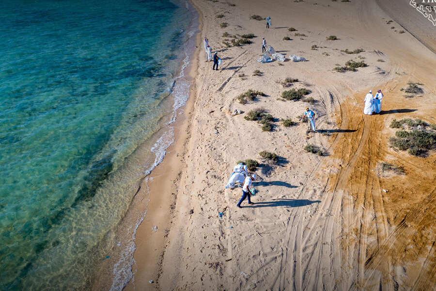 في يوم التنظيف العالمي.. جمع 30 طنًا من مخلفات البحر  وإعادة تدويرها