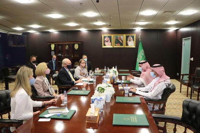 آل جابر يؤكد أهمية تنفيذ اتفاق الرياض مع المبعوث الأمريكي لليمن