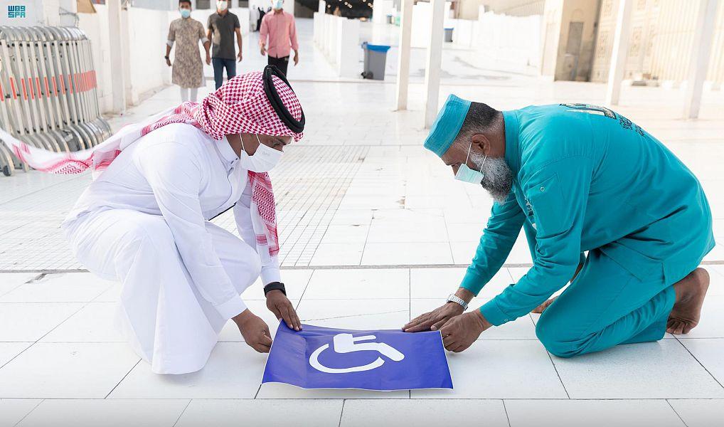 وضع مسارات لذوي الإعاقة في بعض مداخل المسجد الحرام (صور)