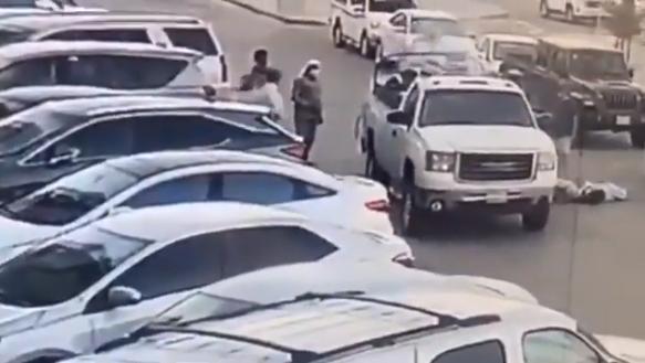 في مشهد بطولي.. مواطن يمنع كارثة بمعرض سيارات بالرياض بعد نشوب حريق (فيديو)
